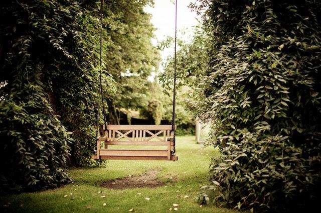 hangbank in tuin