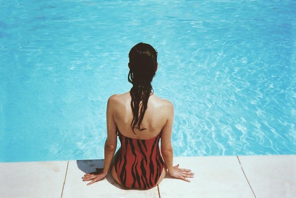 vrouw bij zwembad
